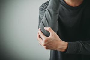 man elbow pain